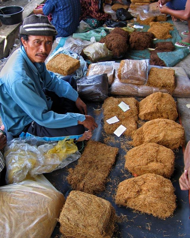 tabaks-verkoper-op-de-lokale-markt-op-lombok