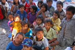kids-van-de-lokale-bevolking-picknick-op-lombok